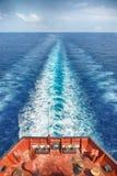 Motorowy naczynia żeglowanie w oceanie Fotografia Stock