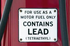 Motorowy paliwo Zawiera prowadzenie znaka obrazy stock