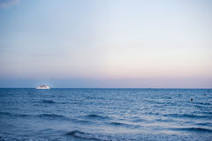 Motorowy statek w morzu śródziemnomorskim w Larnaka, Cypr zdjęcia royalty free