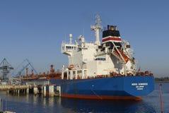 Motorowy tankowiec w operacjach przy instalacjami naftowymi Obraz Royalty Free