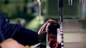 Motorproduktionfabrik Elmotorproduktionsprocess lager videofilmer