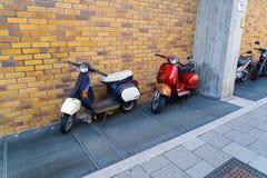 Motorräder, Bewegungsroller und Fahrräder im Stadtparken, MU Stockbild