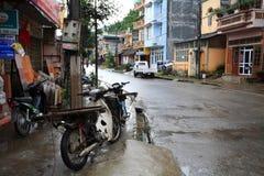 Motorräder, die auf dem Fußweg nahe Gebäude parken Stockbild