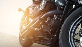 Motorräder, die auf der Straße parken lizenzfreie stockfotografie