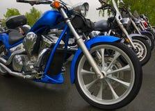 Motorräder geparkt auf Straße Lizenzfreie Stockbilder