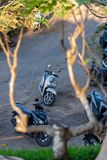 Motorräder geparkt an GWK Garuda Wisnu Kencana stockbild
