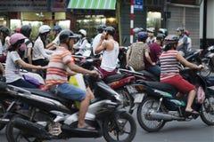 Motorräder, Motorräder und Roller in Hanoi MotorradStau und facemasks in der gedrängten Stadt von Hanoi, Vietnam lizenzfreies stockfoto