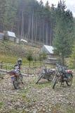 Motorräder und Roller werden nahe dem Haus in einem Bergdorf geparkt lizenzfreies stockfoto