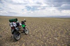 Motorrad alleinenduro Reisender mit Koffern Stockbild