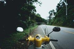 Motorrad-Antrieb fahre ich ein Motorrad in der Straße stockbilder