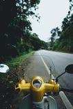 Motorrad-Antrieb fahre ich ein Motorrad in der Straße stockfotografie