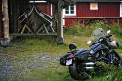 Motorrad außerhalb einer Hütte mit einem Boot stockbilder
