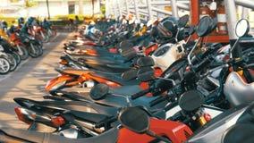 Motorrad auf dem Parken in Thailand nahe dem Einkaufszentrum stock footage