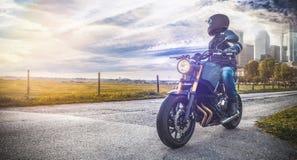 Motorrad auf dem Straßenreiten den Spaß haben, der die leere Straße O reitet Lizenzfreies Stockfoto