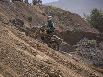 Motorrad, das aufwärts fährt Stockbilder