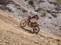 Motorrad, das aufwärts fährt Stockfotografie