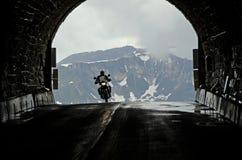 Motorrad, das den Tunnel kommt lizenzfreie stockbilder