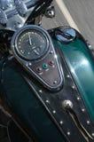Motorrad, das die Datenbahn hinuntergeht Lizenzfreies Stockbild