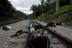 Motorrad, das eine Eisenbahn weitergeht Stockfotos