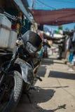 Motorrad, das in einem Verbündeten steht Stockfotografie