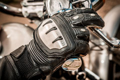 Motorrad, das Handschuhe läuft Stockfotos
