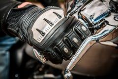 Motorrad, das Handschuhe läuft Lizenzfreie Stockfotografie
