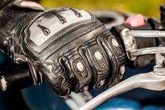 Motorrad, das Handschuhe läuft Stockfoto