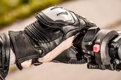 Motorrad, das Handschuhe läuft Stockbild