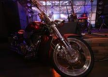 Motorrad an der Szene der Nachtbar lizenzfreies stockbild