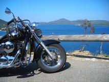 Motorrad durch das Meer Stockfotos