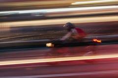 Motorrad in einer unscharfen Stadt-Szene Stockbilder