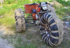 Motorrad für das Antreiben auf einen Sumpf Stockfotografie