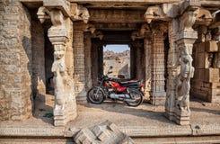 Motorrad geparkt in altem Hampi-Tempel Stockbilder