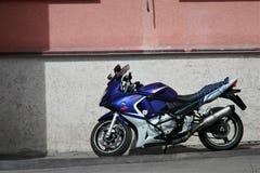 Motorrad geparkt vor dem Gebäude lizenzfreies stockfoto