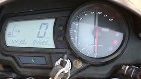 Motorrad-Geschwindigkeitsmesser und U-/minuhr stock video footage