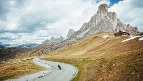 Motorrad an Giau-Durchlauf, Dolomit stockbild