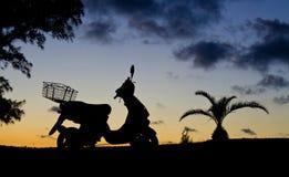 Motorrad im Schattenbild Lizenzfreies Stockbild