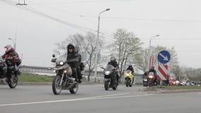 Motorrad-Jahreszeitöffnungsparade mit Tausenden Teilnehmern stock footage