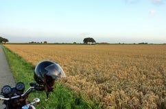 Motorrad mit Sturzhelm Stockfoto