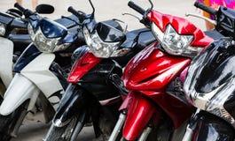 Motorrad, Motorradroller parkte in der Reihe in der Stadtstraße Stockfoto