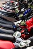 Motorrad, Motorradroller parkte in der Reihe in der Stadtstraße Stockbild