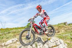 Motorrad-Probereiter auf den Felsen Stockfotografie