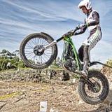 Motorrad-Probereiter nimmt zur Luft Stockfotos