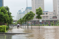 Motorrad-Reiten auf überschwemmter Pflasterung Lizenzfreies Stockfoto