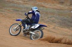 Motorrad-Rennläufer beschleunigt sich vom Drehen Stockbild
