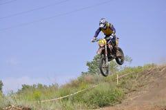 Motorrad-Rennläuferflugwesen hinunter den Berg Lizenzfreie Stockbilder