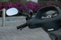 Motorrad-Roller Roller mit selektivem Fokus des Scheinwerfers, der Lenkstange und der Spiegel Stockfotografie