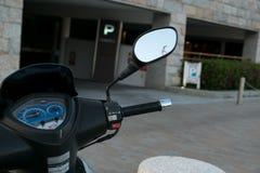 Motorrad-Roller Roller mit selektivem Fokus des Scheinwerfers, der Lenkstange und der Spiegel Lizenzfreies Stockfoto