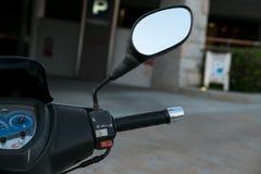 Motorrad-Roller Roller mit selektivem Fokus des Scheinwerfers, der Lenkstange und der Spiegel Stockbild