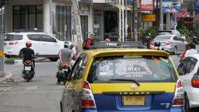 Motorrad- und Auto-Antrieb entlang asiatischen Straßen Verkehr-beladene thailändische Straßen Thailand, Pattaya stock footage